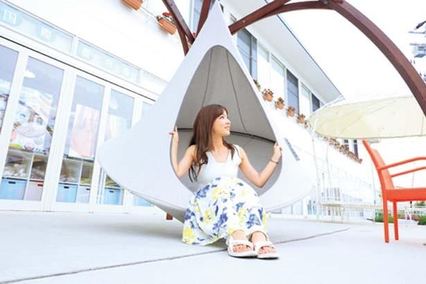 広場にはリゾート感満点なハンモックやソファーが/CRAFT CIRCUS