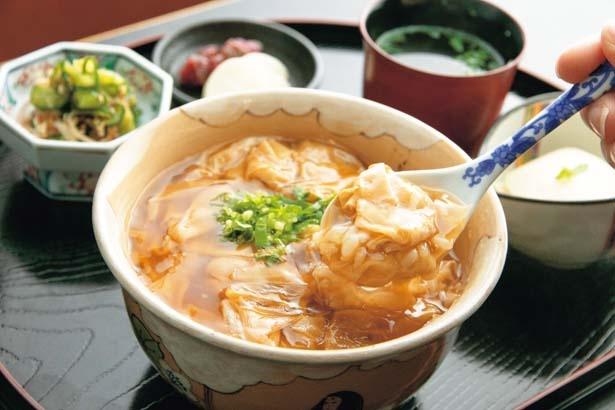 生ゆば丼(1036円)。甘辛く炊いたとろとろの生湯葉あんをご飯に絡めて。刻みミツバと生姜が味のアクセントに/とようけ茶屋