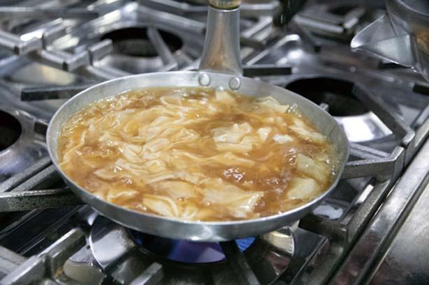 【写真を見る】ダシで炊き込んで下味を付けた生湯葉をそばダシとうどんダシで煮込む/とようけ茶屋