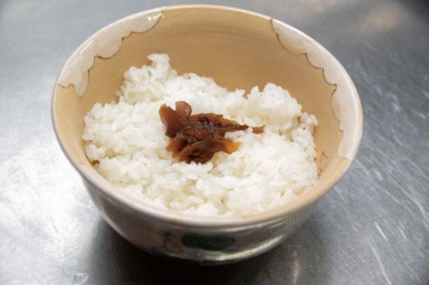 本葛で固めた生湯葉あんを、シイタケの甘煮をのせたご飯にかけて完成!/とようけ茶屋