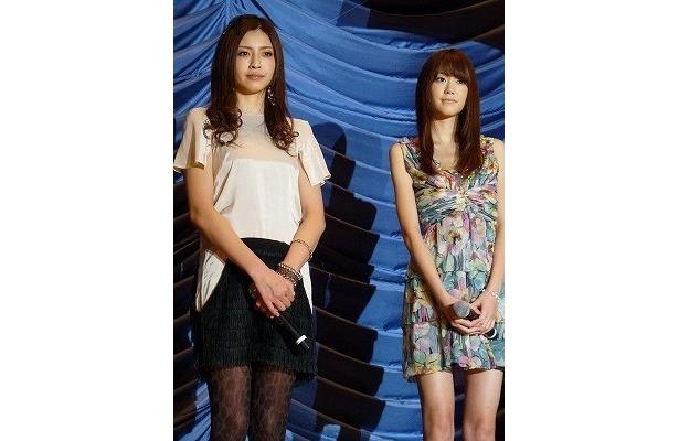 美しいドレスをまとった片瀬那奈と桐谷美玲(写真左から)