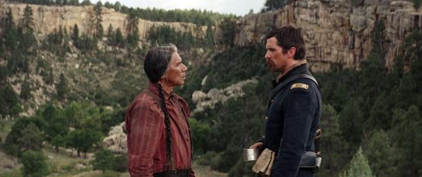 白人の大尉とインディアンの部族長が団結!手を取り合い危険な旅に挑む(『荒野の誓い』)