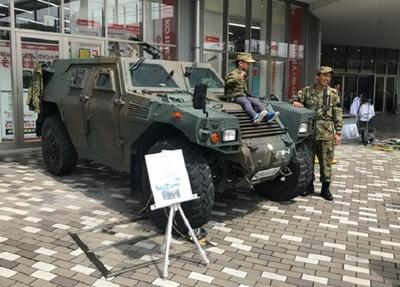 会場には、前線で使用される軽装甲機動車の展示も