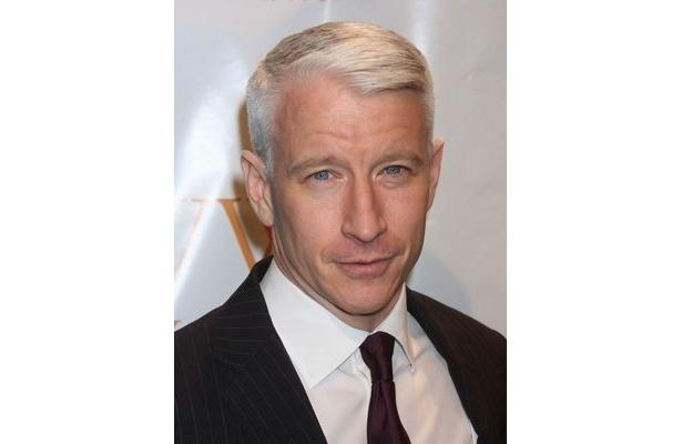 米CBSテレビ「60 Minutes」でホストを務めるアンダーソン・クーパー。トークだけでなくその容姿も人気