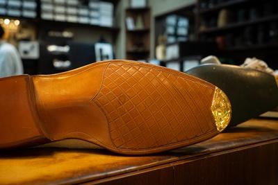 靴先を保護してくれるトゥープレート。こちらは加藤さんが手がけたデザイン。普段は見えないところにも繊細な細工が施され、おしゃれ心をくすぐる