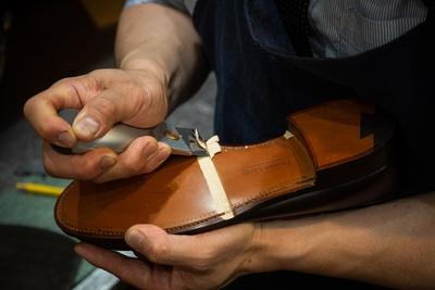 確かな腕を持つ職人ならではの鮮やかな手つき。みるみる靴が甦っていく様は、見ているだけでも楽しい