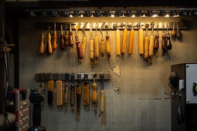 専用の修理工具がズラリ。「RESH.」で生み出した工具もある。より良い素材を求めて、海外にまで買い付けに行くことも