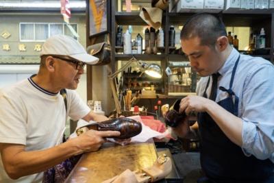 1950年代の靴を手に、滋賀県から来店した常連客。祖父から孫へ、大事に受け継がれてきた靴のメンテナンスに訪れたという