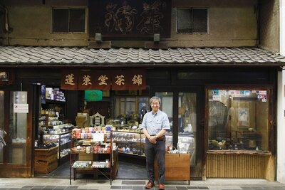 何百年もの歴史を持つ専門店から話題の新店まで、多彩な店が軒を連ねる寺町通に建つ、歴史を感じる佇まい