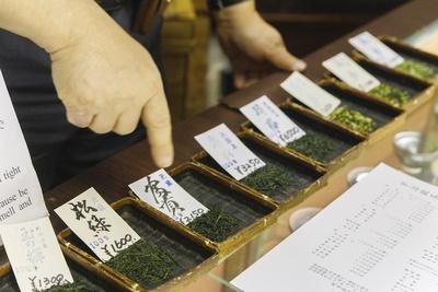カウンターには抹茶、玉露、煎茶、元祖玄米茶の蓬莱茶など、店で扱う茶葉の見本が並ぶ