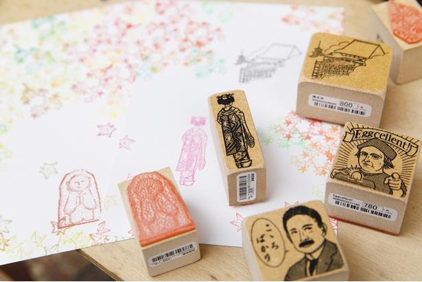 お地蔵さんや舞妓さん、清水寺といった京都らしい一品をお土産にする人も多いそう。文豪の作品や偉人の名言にちなんだコメントスタンプも人気