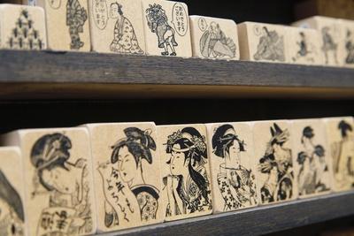 オリジナルデザインの「京うふふスタンプ」シリーズ。芸者や商人のほか、織田信長などの武将シリーズ、洋風シリーズなど多彩