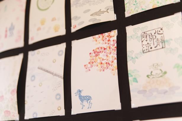 店頭には、スタンプを組み合わせて作った見本押しを展示。四季折々の意匠を取り入れたものも多く、季節の便りにもおすすめ