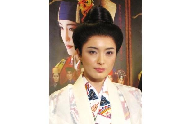 真鶴の衣装に身を包んだ仲間由紀恵氏