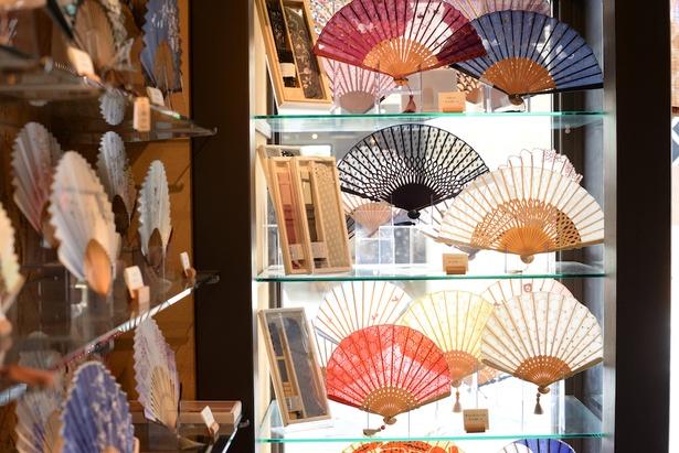 レースをあしらうカジュアルなもの、昔ながらの和紙の扇子、檜扇をイメージした竹の扇子と、さまざまなニーズに応える品ぞろえ