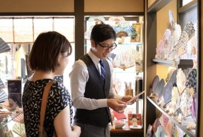 扇子の魅力を活き活きと語る上野さん。喚風店だけでも、紳士物、婦人物それぞれ100種もの扇子が並ぶ
