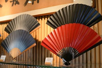 黒塗りの親骨に日本の伝統模様が彫られている「親彫渋扇」(手前・税抜8000円)など、重厚感のある扇子も