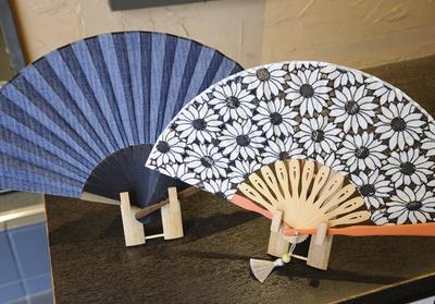 岡山デニムを使った「ヘリンボーンデニムセット」(税抜・袋付7000円)、洋服に合うデザインで普段使いにぴったりな「マーガレットセット」(税抜・袋付4500円)