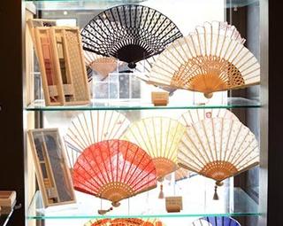 カジュアルなデザインも豊富な京扇子の老舗「白竹堂 喚風三条寺町店」