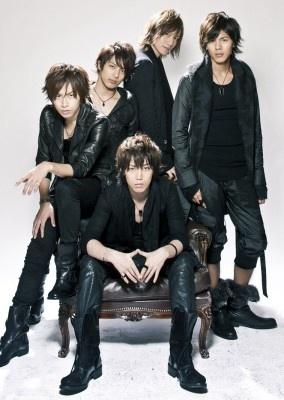 写真後ろ左から、鈴木勝吾、米原幸佑、細貝圭、井出卓也、前、鎌苅健太