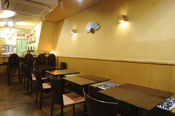 テーブル席12席、カウンター席4席の店内。ゆっくりと食事を楽しめるよう、カウンター席であっても見知らぬ客同士を並ばせないようにするなど、細やかな心遣いもうれしい