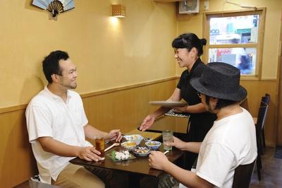 森さんとの会話を楽しみに訪れる客も多い。「料理が美味しいのはもちろんですけど、森さんの温かな人柄に惹かれて通っていますね」と、取材時に来店していた常連客