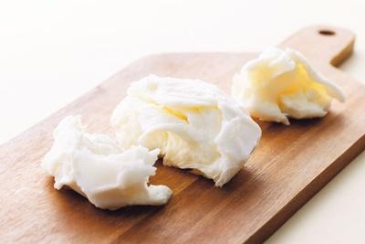 【写真を見る】美山チーズモッツァレラ(545円)/道の駅 スプリングスひよし