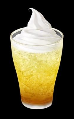 ドリンクの「マックフロート 黄金桃」(果汁1%)