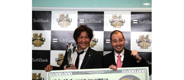 「S-1」バトルで殿堂入りを果たし、1000万円を獲得したスリムクラブの真栄田賢、内間政成(写真左から)