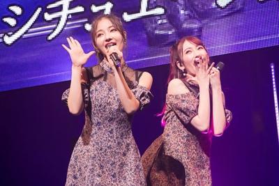 『君と僕の関係』を歌う村瀬紗英(左)・吉田朱里(右)