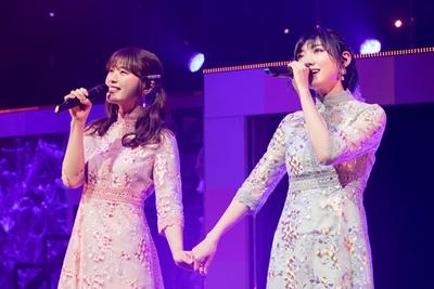 【写真を見る】『僕たちは今話し合うべきなんだ』を歌う渋谷凪咲(左)・太田夢莉(右)