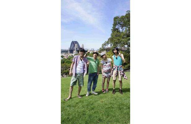 【写真】オーストラリアを満喫する千原ジュニア、陣内智則、AMO、山根良顕(写真左から)