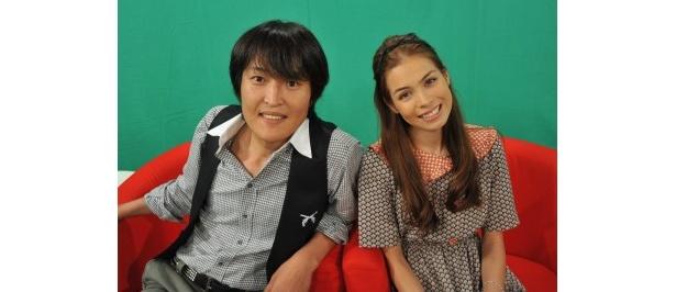 【写真】司会の千原ジュニアと紗羅マリー