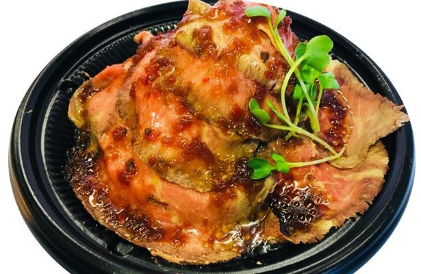 タンドール釜を使って炭火で焼き上げ、特製のタレで仕上げたローストビーフ丼は絶品!