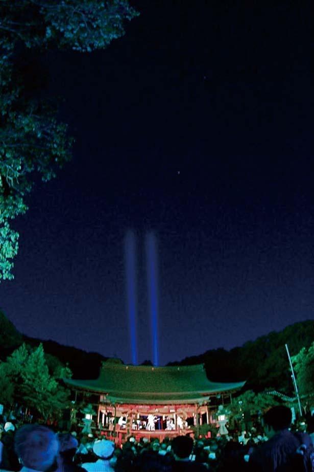 """""""風の神様""""として古くから信仰されてきた龍田大社の拝殿がライトアップされる"""