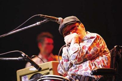 ゲストステージでは、車椅子の全盲音楽家で、ブルースハープ奏者の山下純一氏が出演。美しい音色を響かせる