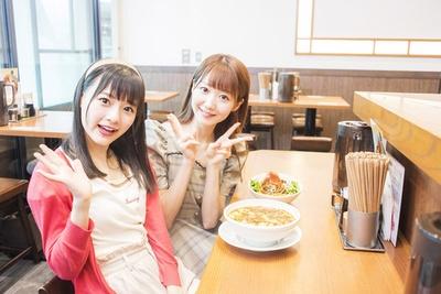 メンバーの中でも特にラーメン好きな大谷映美里(右)と齊藤なぎさ(左)がシビ辛ラーメンを堪能!