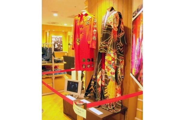 店内には吉井の衣装やギター、フォトパネルも展示されている