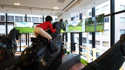 英国製の「乗馬シミュレーター」を導入。モニターを見ながら、臨場感あふれる乗馬体験を楽しめる