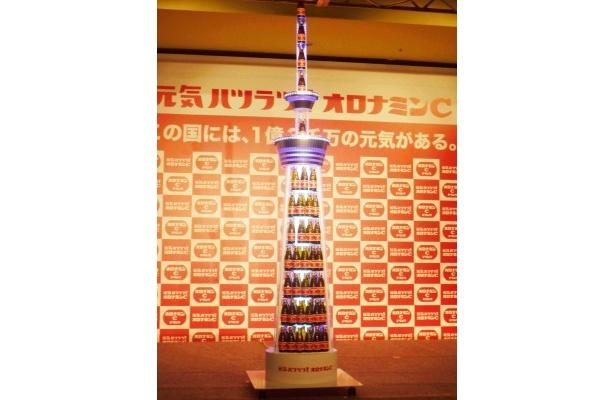 """【写真】新CM発表会では、東京スカイツリーをモチーフに制作した""""オロナミンCスカイツリー""""の点灯式も行われた"""