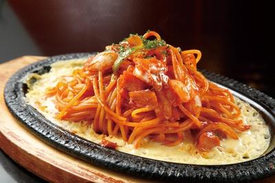 「鉄板イタリアンスパゲッティ」(810円)は、トマトケチャップの優しい味がやみつきに /「カフェメルス 猪子石店」(名古屋市千種区)