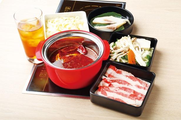 肉、魚、野菜盛り合わせ、締め、ドリンクがセットになった、平日のランチタイム限定セットは1000円から / 回転小火鍋 NANI
