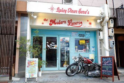 アメリカンダイナーをイメージした店舗。中にはおしゃれな小物やインテリアが並んでいる / the Modern Lovers