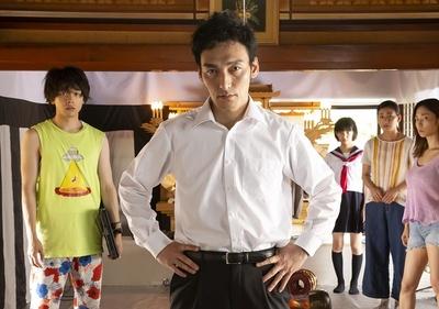 主演の草彅剛は鈴木家の長男・小鉄を演じる。