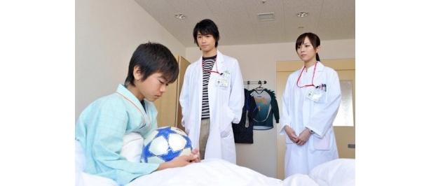 【写真】2月14日(月)放送の第6話では、斎藤工演じる西條命がサッカー選手を目指す少年を担当