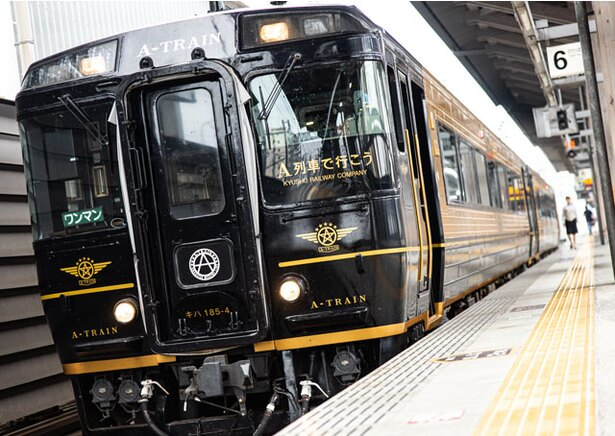 【写真を見る】ホームに列車が到着するとジャズが流れ始め、旅の気分を盛り上げてくれる!
