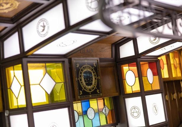 車内のあちこちにステンドグラスが装飾されている。落ち着いた木材の色に鮮やかな彩りが加わり、写真映えのポイントに!