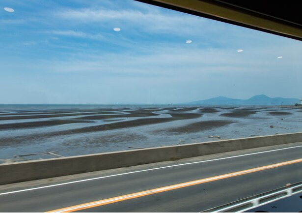 海沿いを駆け抜ける列車の車窓からは、御輿来海岸が見える
