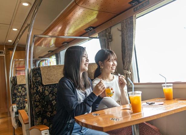 3人以上のグループ旅なら、ボックスシートがオススメ!中央に固定のテーブルがあり、ドリンクや食べ物を広げるのに便利