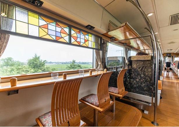 フリースペースの子ども椅子では、車窓を大パノラマで眺められる